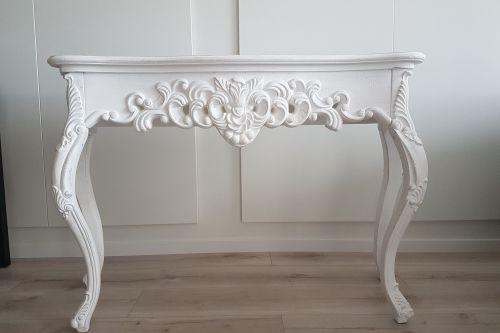 Balta dekoratīvā konsole