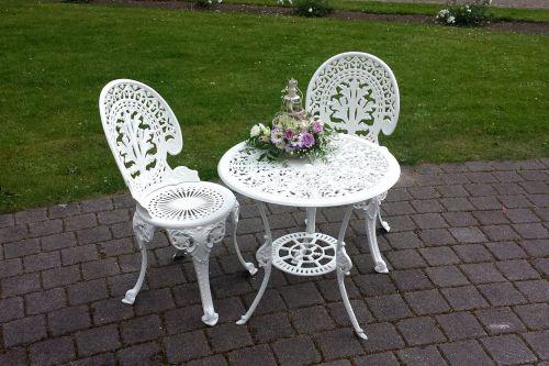 Balts metāla galdiņš