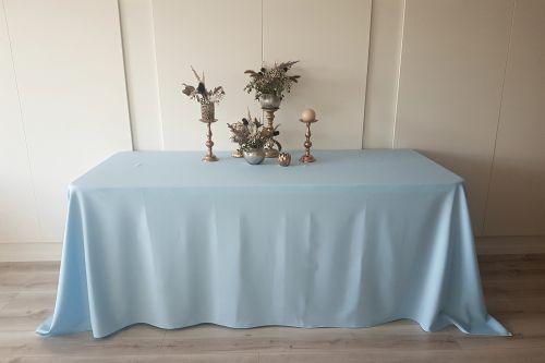Gaiši zils taisnstūra galdauts