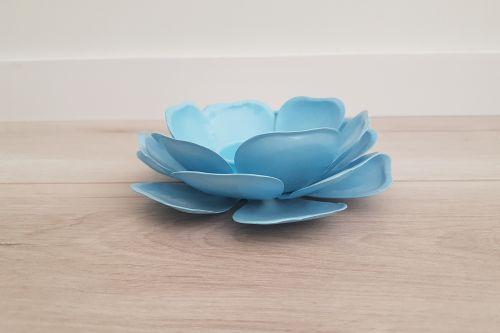 Gaiši zils zieda svečturis