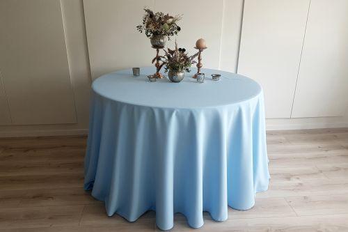 Gaiši zils apaļais galdauts