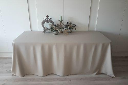 Smilšu krāsas taisnstūra galdauts
