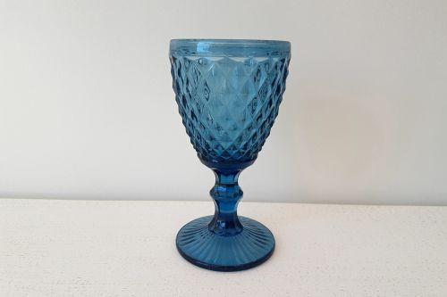 Tumši zilas stikla glāzes