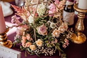 Esmu skrējusi pakaļ vēja norautām fotogrāfijām un apgāztiem uzrakstiem. Centušies uzfrišināt ziedu vāzes, kas ir apgāztas un ziedi nolauzti – jo pēkšņi ir uznācis negaiss ar stipru vēju.